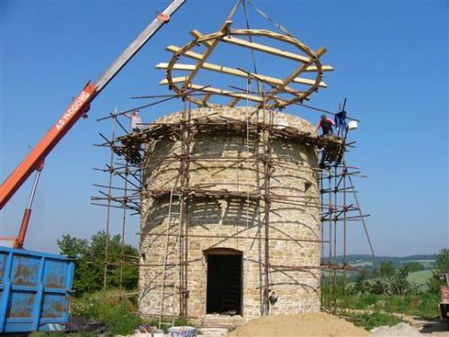 Usazování nosné otočné konstrukce střechy