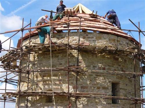 pokrývání střechy šindelem pracovníky Valašského muzea vpřírodě zR.p. Radhoštěm 14.9.2008